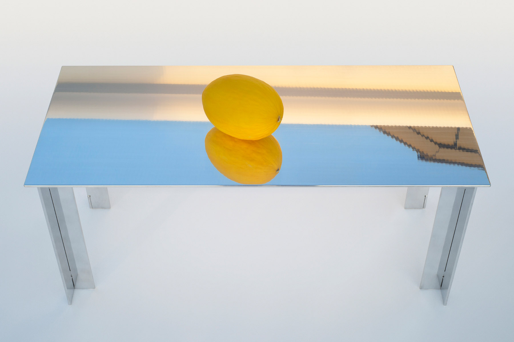 Table basse en aluminium avec un melon