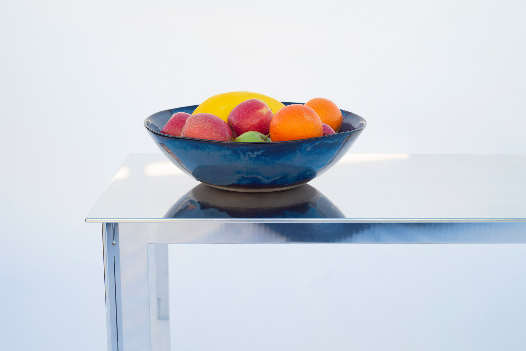 Table basse en aluminium avec bol de fruits