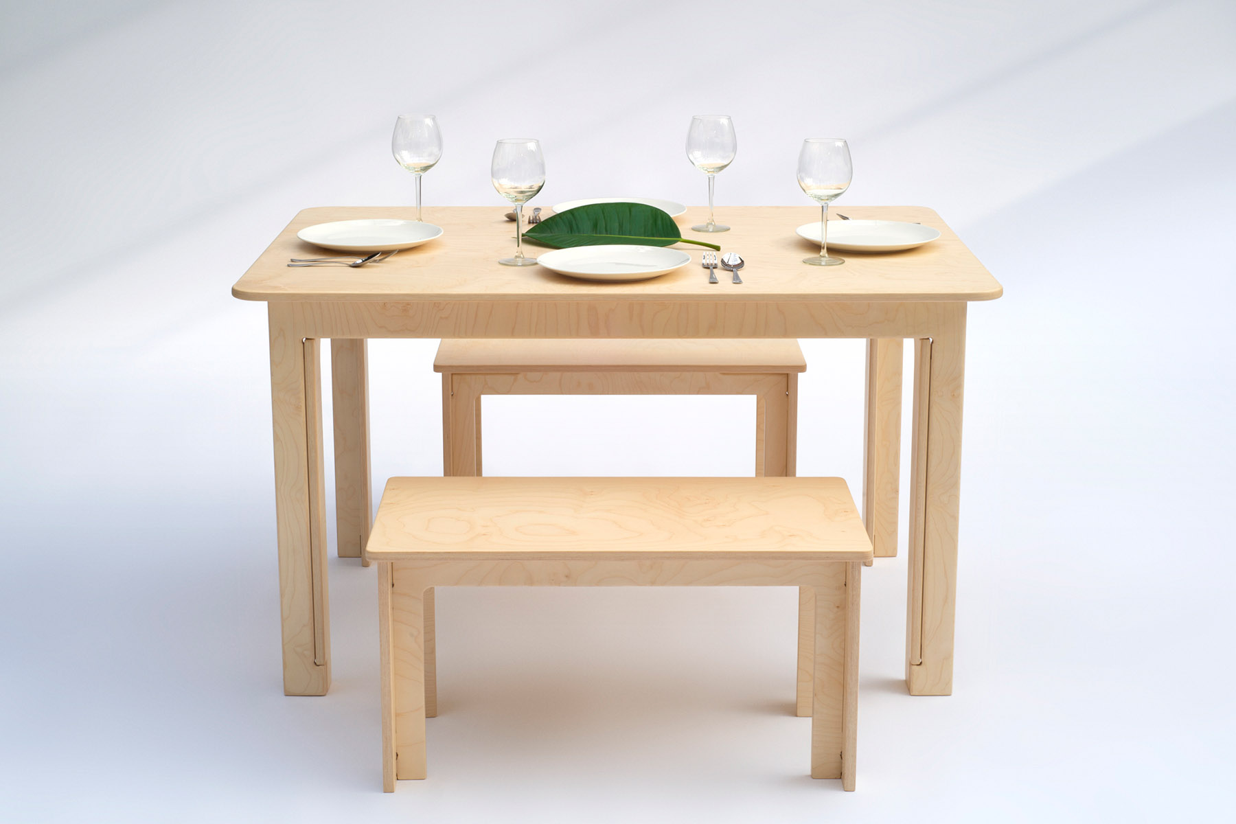 Table and benches in maple plywood without fasteners