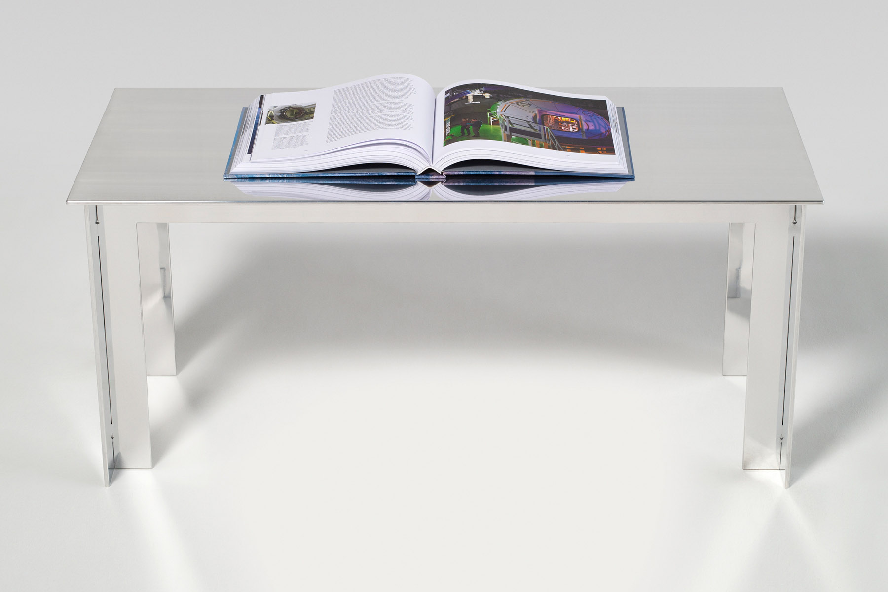 A coffee table in solid aluminium without screws, welds or small parts