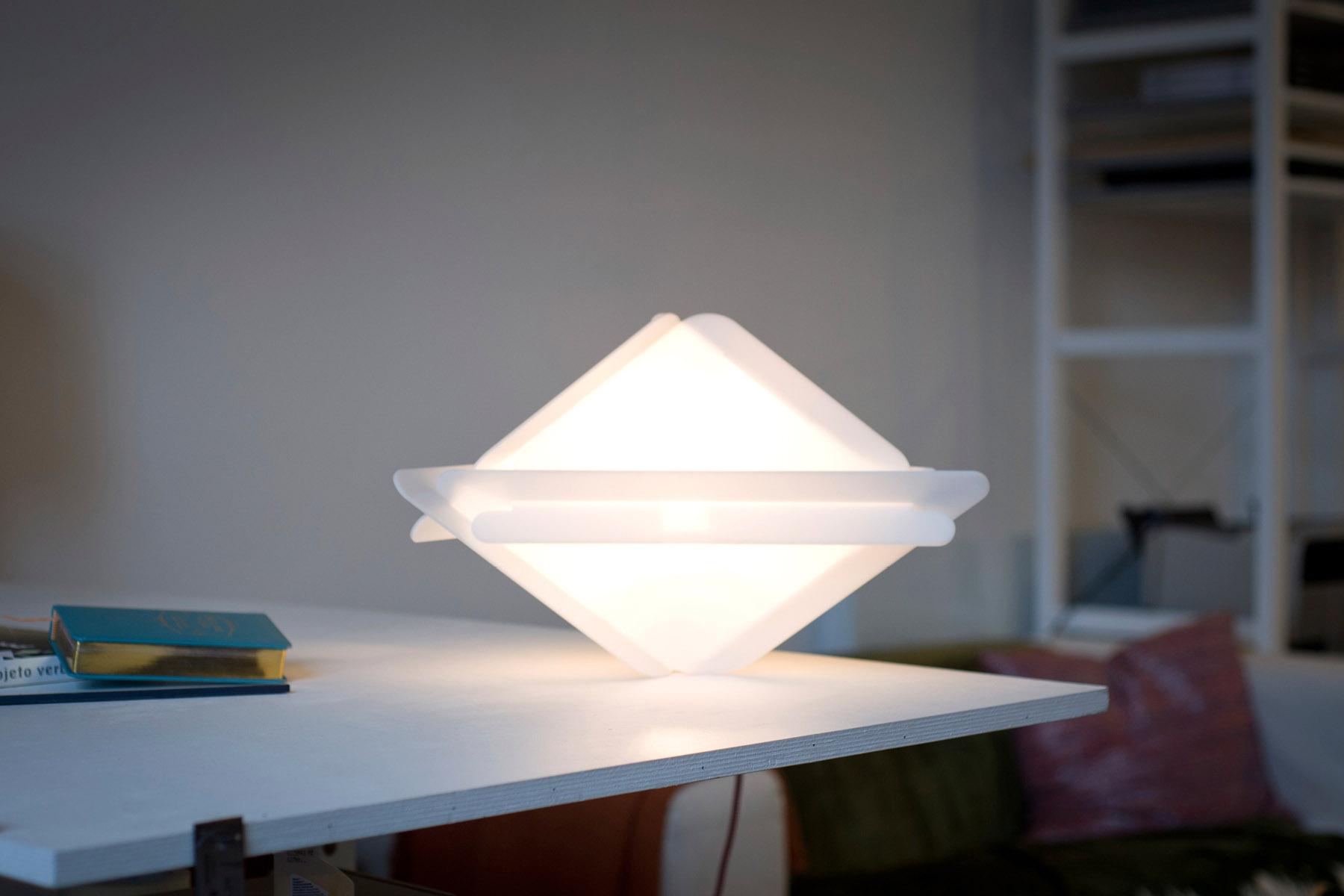 Lampe triangulaire posée sur la pointe