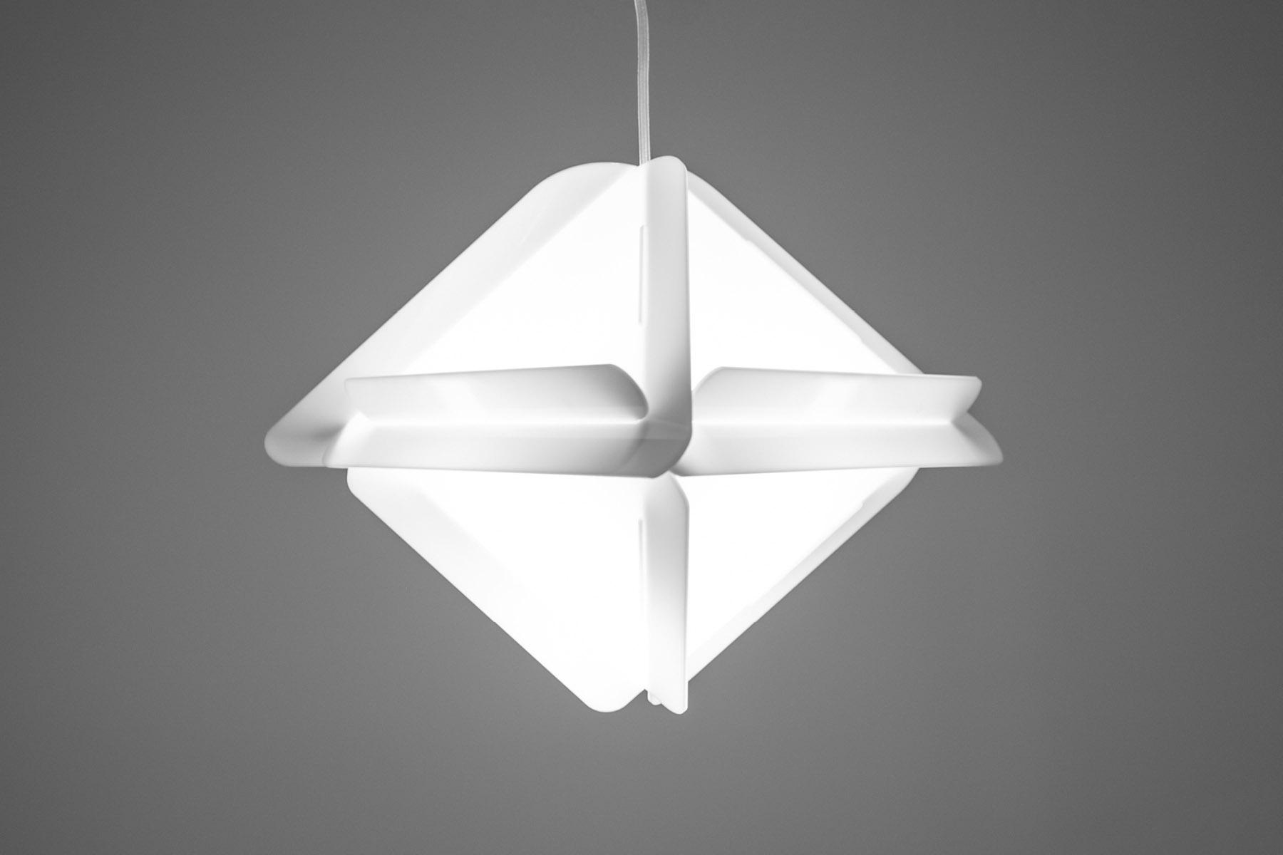 Lampe triangulaire suspendue